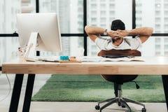 D?tendez le temps Homme d'affaires réussi détendant et se reposant après s'être reposé et dur travaillé dans le bureau moderne So photos libres de droits