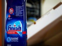 D?tergent liquide de finition devant une machine ouverte de lave-vaisselle photos libres de droits