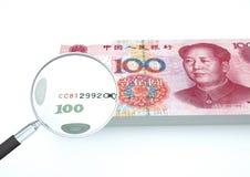 3D Teruggegeven geld van China met meer magnifier onderzoekt munt op witte achtergrond Stock Afbeeldingen