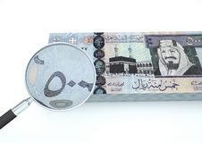 3D Teruggegeven geld van Saudi-Arabië met meer magnifier onderzoekt munt op witte achtergrond Royalty-vrije Stock Foto
