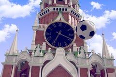 3d teruggevend de voetbalbal dichtbij Moskou het Kremlin Stock Fotografie