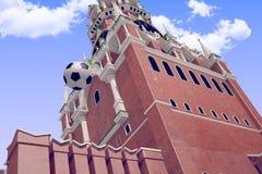 3d teruggevend de voetbalbal dichtbij Moskou het Kremlin Stock Afbeeldingen
