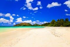 d'Or tropical del corral de la playa en Seychelles Imagen de archivo libre de regalías