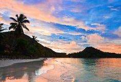 d'Or tropical en la puesta del sol, Seychelles del corral de la playa Imagen de archivo