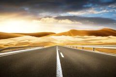 Długa droga w pustyni Obrazy Stock