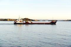 Długi czarny statek na fjord Obrazy Stock