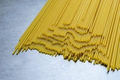 D?ugi spaghetti lying on the beach na sto?owym wierzcho?ku poj?ciu jedzenie, smakowity i zdrowy w?och zdjęcie stock