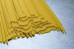 D?ugi spaghetti lying on the beach na sto?owym wierzcho?ku poj?ciu jedzenie, smakowity i zdrowy obraz royalty free