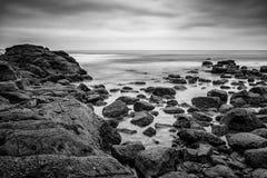Długi ujawnienie skalista linia brzegowa w losie angeles Jolla, Kalifornia blisko Scripps mola Zdjęcie Stock