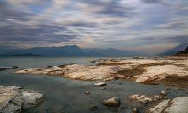 Długi ujawnienie zmierzchu krajobraz na Garda jeziorze Fotografia Royalty Free