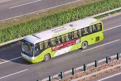 Długodystansowy autobus na autostradzie, Pekin, Chiny Zdjęcie Stock
