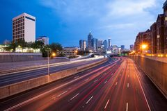 85 d'un état à un autre et horizon d'Atlanta du centre Image stock
