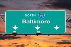 95 d'un état à un autre au signe de route de Baltimore avec le ciel de lever de soleil Images stock