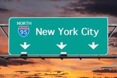 95 d'un état à un autre au signe de route de New York City avec le ciel de lever de soleil Photographie stock