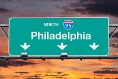 95 d'un état à un autre Nouth au signe de route de Philadelphie avec le ciel de lever de soleil Photo stock