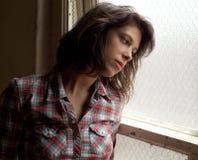 D'un air triste et rêveur regard de la fenêtre Photo libre de droits