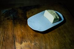 D'un plat, graissez un morceau de pain avec de l'huile photos libres de droits