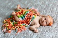 D'un un repos nouveau-nés mois heureusement dans sa couverture, avec un bandage de couleur sur la tête images libres de droits
