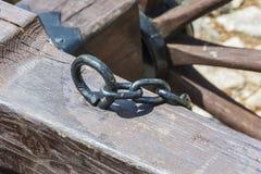 D'une barre en bois colle un crochet avec une chaîne ci-jointe image stock