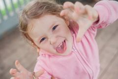 D'une petite grimaces fille à l'appareil-photo Photo stock
