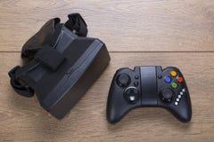 3d virtuele de werkelijkheidshoofdtelefoon van VR met gamepad Stock Afbeeldingen