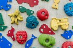 3D vormen en pictogrammen op een muur Stock Fotografie