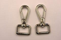 D-vormige ring en wartel onverwachte die haak op witte achtergrond wordt geplaatst royalty-vrije stock foto's