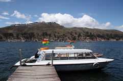 Łódź w cieśninie Tiquina schronienie przy Titicaca jeziorem, Boliwia Fotografia Royalty Free