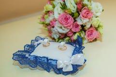 3d wytwarzał ringowego wizerunku ślub Romantyczni dwa zobowiązania złociści pierścionki są na poduszce z błękit koronką pierścion zdjęcie royalty free