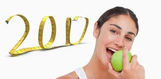 3D Złożony wizerunek zakończenie w górę brunetki je zielonego jabłka zdjęcia royalty free
