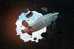 3d zbliżenia rendering jasnopopielaty UFO który właśnie uderzał pięścią dziury w czerni ścianie z nieba zerkaniem royalty ilustracja