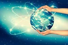 3 d ziemi pozbawione linii horyzontu interliniuje najlepszej biznesowej pojęcia pojęć globalnej kuli ziemskiej rozjarzone ręki in Fotografia Stock