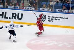 D Znakharenko (73) foult på M Afinogenov (61) Royaltyfri Fotografi