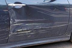 Daño de la abolladura del coche imagenes de archivo