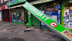 Daño de la tormenta, bandera de la tienda, Londres Imagen de archivo libre de regalías