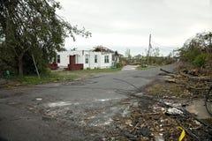 Daño del tornado en vecindad de la ciudad Foto de archivo