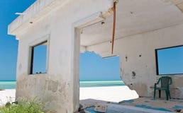 Daño frente al mar de la tormenta de la casa Imagenes de archivo