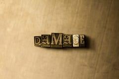 DAÑO - primer de la palabra compuesta tipo vintage sucio en el contexto del metal Imagen de archivo