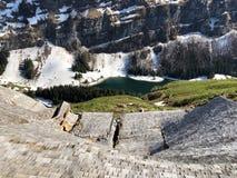Daños a las granjas de la montaña causadas por las avalanchas nevosas en el verschneite Lawinen del durch de Schäden de la regió fotografía de archivo