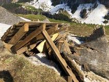 Daños a las granjas de la montaña causadas por las avalanchas nevosas en el verschneite Lawinen del durch de Schäden de la regió imágenes de archivo libres de regalías