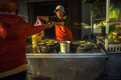 Da拉特, Lam Dong,越南2017年2月12日:做越南薄煎饼和卖她的薄煎饼的妇女 库存图片