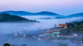 Da拉特, Lam Dong,越南2017年2月12日:da拉特城市、一座小越南塔雾的和杉木小山beautyful风景  库存照片