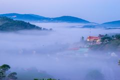 Da拉特, Lam Dong,越南2017年2月12日:da拉特城市、一座小越南塔雾的和杉木小山beautyful风景  免版税库存图片