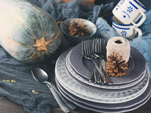 Da ação de graças do jantar vida ainda com a abóbora no fundo escuro Fotos de Stock