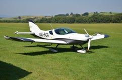 Da aeroplano guidato da elica ultraleggero dell'incrociatore PS-28 di doppio Seat sta sulla pista di atterraggio dell'erba nel pi Fotografia Stock Libera da Diritti