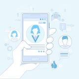 Da aplicação esperta do telefone da pilha da posse da mão uma comunicação em linha da rede Imagens de Stock