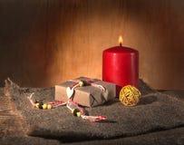 Da arte a vida ainda da caixa de presente amarrada com fita decorativa, candle a Fotografia de Stock