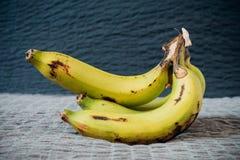Da banana vida ainda em um pano de saco com luz natural Fotos de Stock Royalty Free