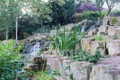 Da cachoeira pedras para baixo no jardim Imagens de Stock