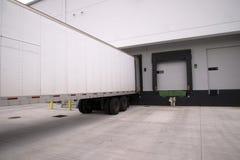 Da camionete suporte seco longo do reboque semi com estar aberto na doca do armazém Foto de Stock Royalty Free